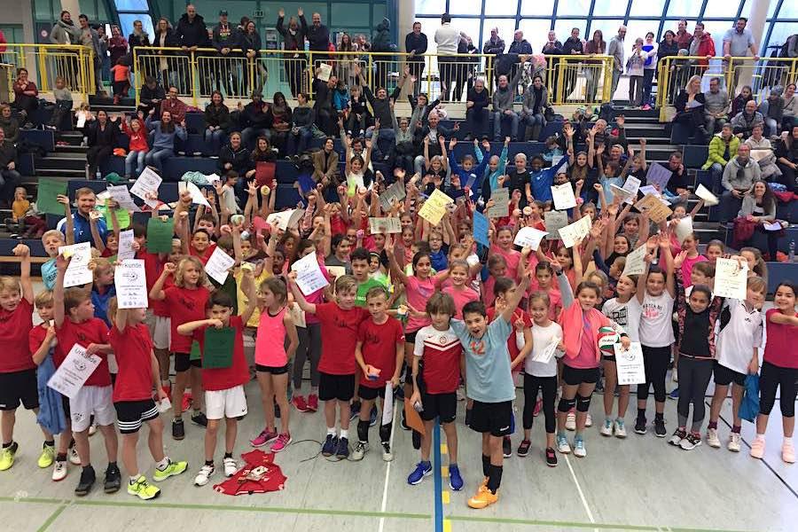 Volley-Girls gegen Netztester — Miniturnier-Serie