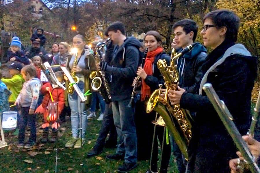 Mit Musik und Laternen zur Burg Sonnenberg